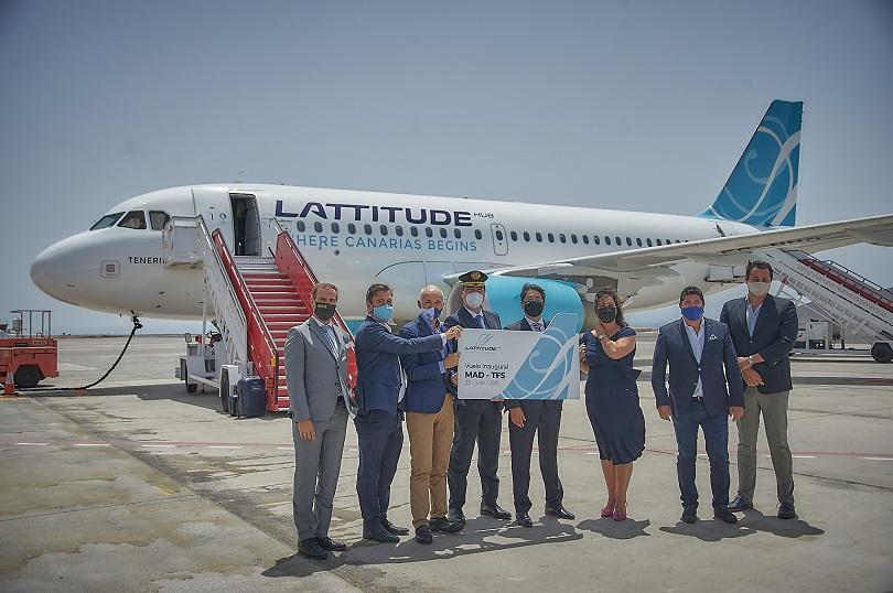Varios socios de la aerolínea junto al presidente del Cabildo.