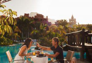 Una pareja en un hotel de Tenerife.
