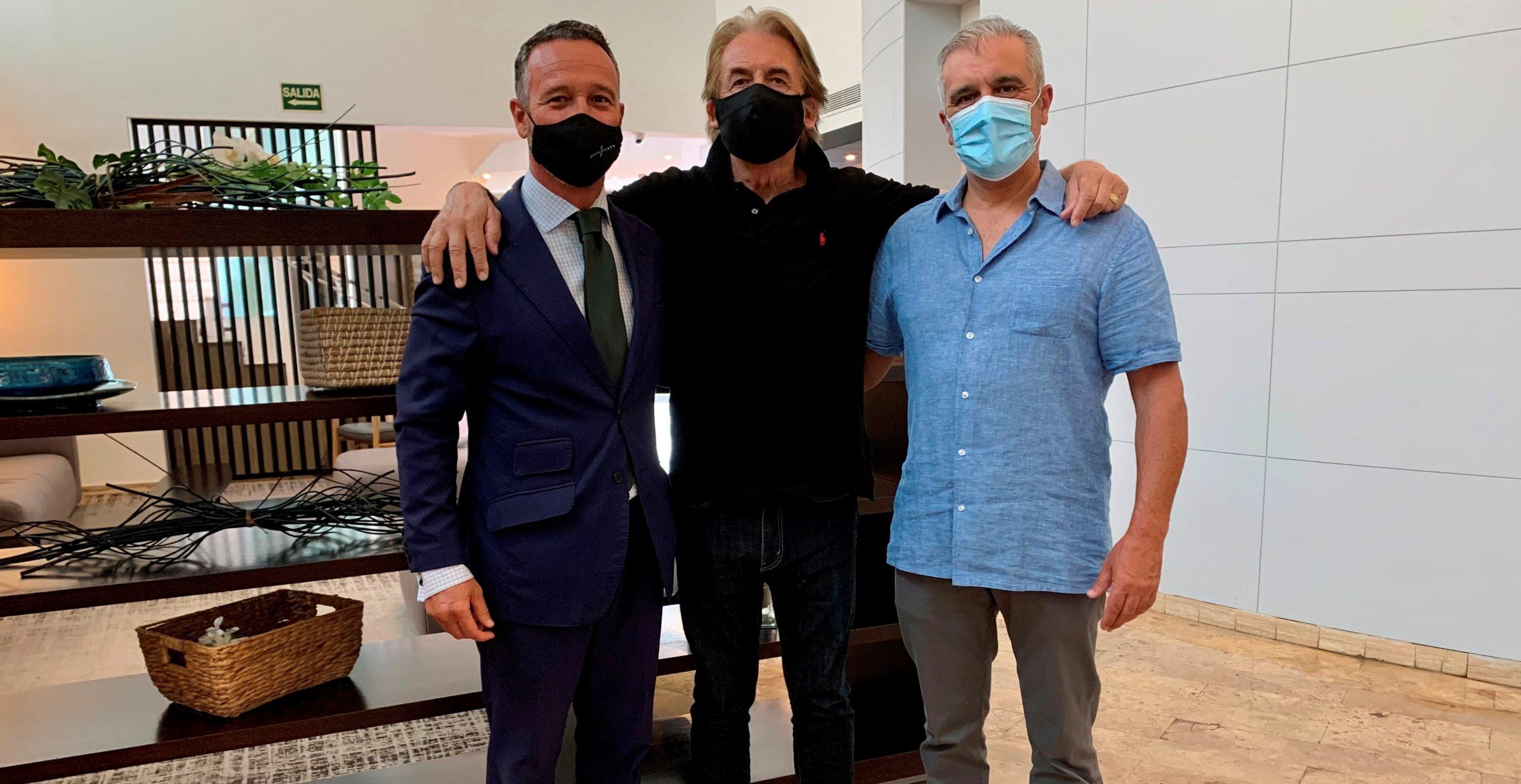 Imagen de Gabriel Wolgeschaffen, Michu Morales y Javier Betancort en su reencuentro esta mañana en el hotel.