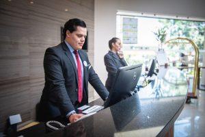 Recepcionistas de hotel.