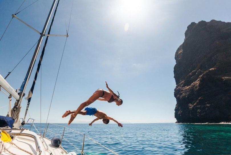 Dos turistas disfrutan del mar en Los Gigantes, Tenerife.